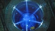 Die Atomenergie geht, die Arbeit bleibt: Beleuchtetes Reaktorbecken im Kernkraftwerk Grundremmingen.