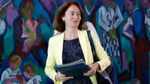 Ministerin Barley droht mit Frauenquote für Vorstände