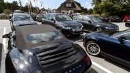 Wer viel verdient, kauft vor allem - ein teureres Auto.