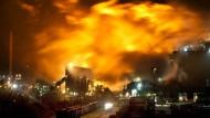 Hell erleuchteter Himmel über dem Hüttenwerk Krupp Mannesmann in Duisburg
