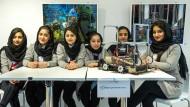 Hohe Schule: Mit Technik und Computern könne man sich auch in Herat ernsthaft beschäftigen, versichert das afghanische Schülerinnen-Sextett.