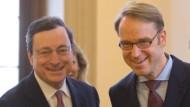 Mario Draghi (l) und Jens Weidmann (Archivbild)