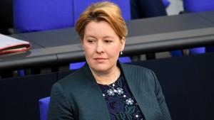 Giffey will Unternehmen mit Sanktionen drohen