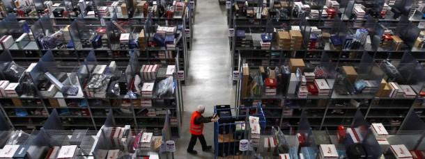 Ein Amazon-Mitarbeiter im Logistikzentrum Graben