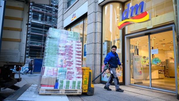dm stellt sich auf verändertes Einkaufsverhalten ein