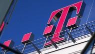 Das Logo der Deutschen Telekom auf der Unternehmenszentrale in Bonn