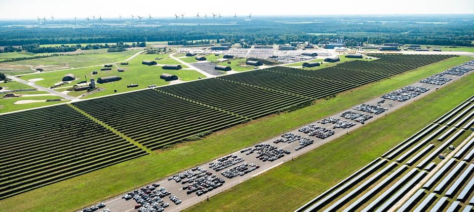 Daimler parkt Tausende Neuwagen auf Flugplatz in Niedersachsen