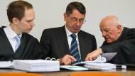 Georg Funke (m.) zwischen seinen Anwälten Michael Pösl (l.) und Wolfgang Kreuzer (r.)