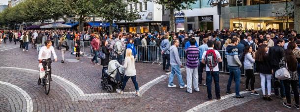 Schlange vor dem Frankfurter Apple Store am Freitag