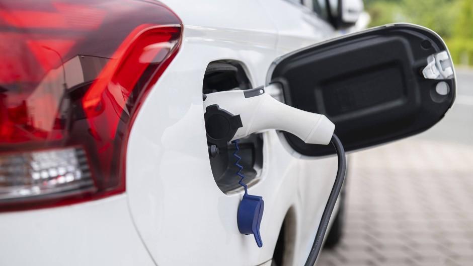 Zwar erfreut sich die heimische Steckdose großer Beliebtheit, trotzdem müssen die meisten E-Autobesitzer auch öffentliche Ladesäulen nutzen.