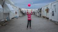 Ein syrisches Kind spielt in einem Flüchtlingscamp an der türkisch-syrischen Grenze: Die Flüchtlinge wirken wie ein kleines Konjunkturprogramm für die Türkei.