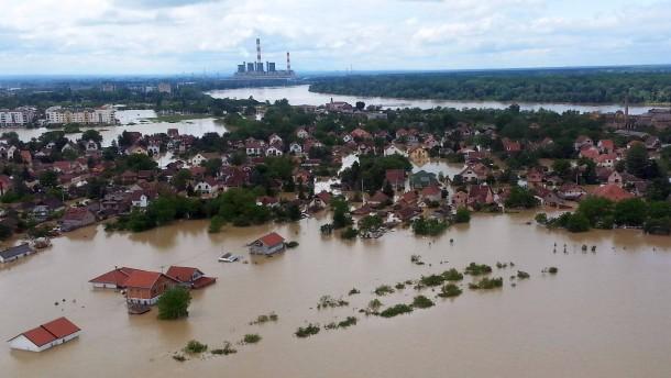 Sandsack-Damm soll größtes serbisches Kraftwerk schützen