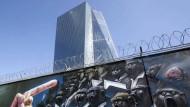 Affen müssen draußen bleiben: Die Mauer vor dem Neubau der Europäischen Zentralbank in Frankfurt