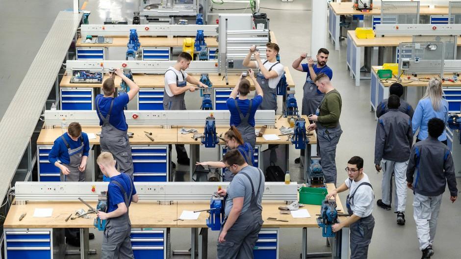 Auszubildende und Flüchtlinge absolvieren eine Grundausbildung in einer Werkstatt von Volkswagen.