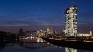 Die EZB-Zentral im Frankfurter Ostend - im Hintergrund das Bankenviertel.