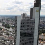 In der Commerzbank bekommen nur ganz wenigen Mitarbeiter mehr Geld als die Vorstände.