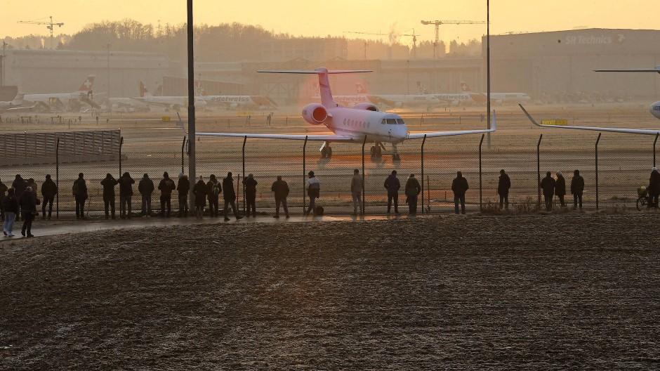 Schaulustige verfolgen die Ankunft von Donald Trump in der Air Force One am Flughafen Zürich.