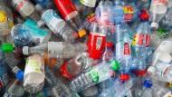 Pfandflaschen sammeln sich allzu gern mal im Büro an. Bei Kollege Müller war es etwas ausgeufert.