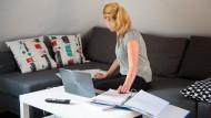 Die große Freiheit oder bloß hinderlich? Über die Vor- und Nachteile, von zu Hause aus zu arbeiten, gibt es unterschiedliche Ansichten.