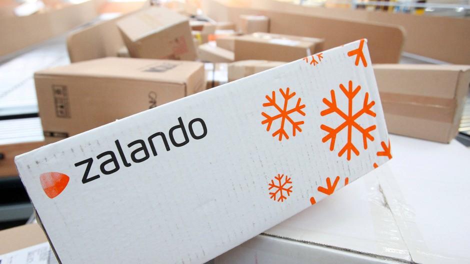 Ein Zalandopaket auf einem Förderband in Norderstedt