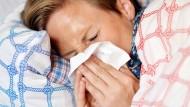Lieber im Bett bleiben: Wer krank zur Arbeit kommt, muss sogar vom Chef nach Hause geschickt werden.