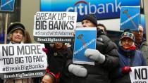 Demonstranten unterstützen die demokratischen Senatorin Elizabeth Warren, die härter gegen Großbanken vorgehen will, vor dem Hauptquartier der Citigroup in New York.
