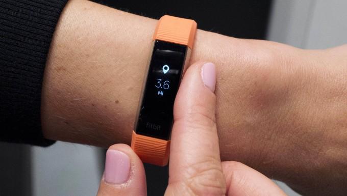 Ein Armband von Fitbit misst, wie viel Sport sein Träger macht.