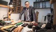 Der Handschuhmacher Nils Bergauer in seiner neuen Manufaktur