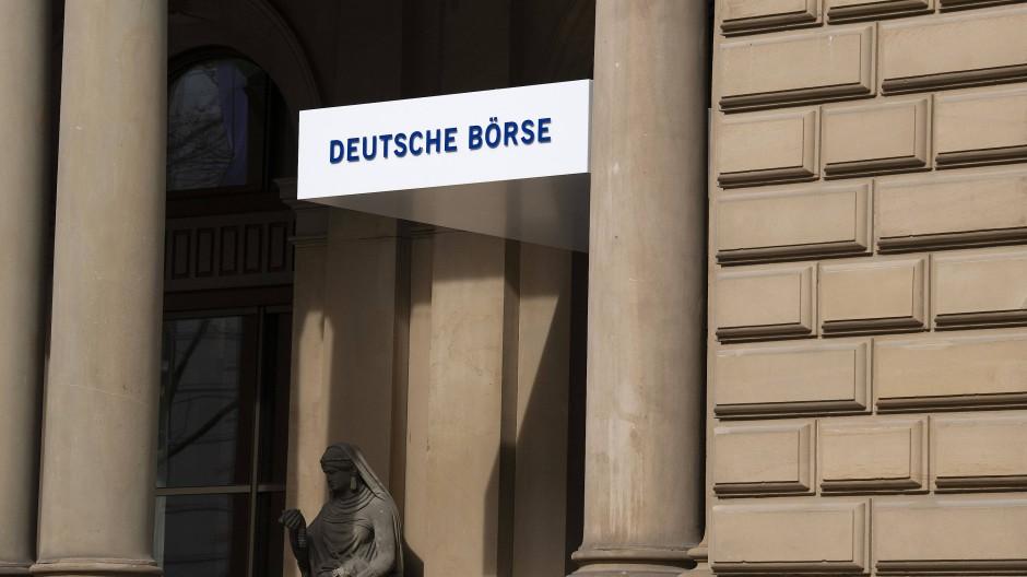 Eingang zur Frankfurter Börse: Immer mehr Deutsche interessieren sich für Aktien.