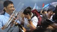 Hongkong bebt, die Wirtschaft kuscht