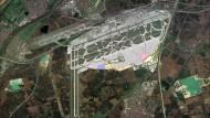 Neue Reihenfolge: Auf der Darstellung ist rechts in rosa Farbe das Terminal 3 im Vollausbau mit vier Fingern zu sehen. In der ersten Stufe sollte ursprünglich das Hauptgebäude und die beiden mittleren Flugsteige - auch Finger oder Pier genannt - entstehen. Inzwischen versucht der Flughafenbetreiber Fraport, den vierten Flugsteig ganz rechts zuerst und in abgespeckter Form zu bauen. Er war ursprünglich als Teil des zweiten Bauabschnitts geplant gewesen.