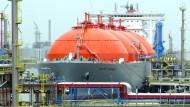 Ein Flüssiggasfrachter im Hafen von Rotterdam
