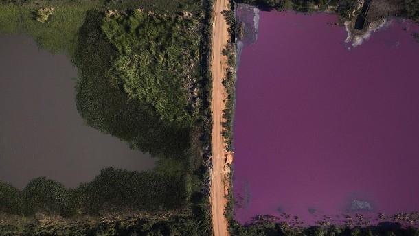 Wasserverschmutzung färbt halbe Lagune
