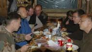 Aus welchem Jahr stammt dieses Foto? Nach Angaben von AP ist Ilmars Rimsevics der Mann im blauen Pullover, neben ihm (3. von links) sitzt Dmitry Pilshchikov.