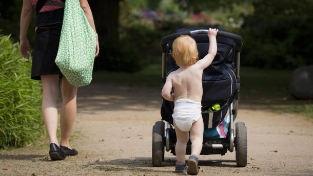 Studie: Elternzeit bringt Frauen Lohneinbußen