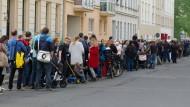 Lange Schlange vor Leipziger Kita: Ineffiziente Mehrfachbewerbungen sind einer der Punkte, die die Forscher vermeiden wollen.