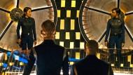 """Michelle Yeoh als Captain Philippa Georgiou (links) und Sonequa Martin-Green als Erste Offizierin Michael Burnham in """"Star Trek: Discovery""""."""