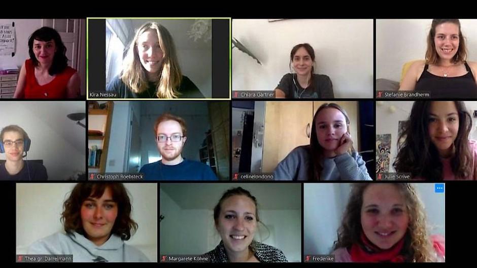 Die Studentin Chiara Gärtner (oben, zweite von rechst) mit ihren Service-Learning-Projektkolleginnen und -kollegen im Online-Meeting