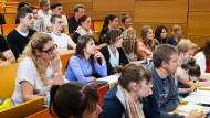 Geld regiert auch die Studentenwelt
