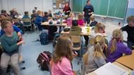 Die Studienwahl im Praxistest: Greifswalder Studierende praktizieren an einer Regionalschule. Viele beschweren sich über den wenigen Praxisbezug während der Studiensemester.