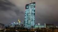 EZB-Zentrale in Frankfurt: An diesem Donnerstag trafen sich die Währungshüter allerdings nicht zuhause am Main, sondern in der estnischen Hauptstadt Tallinn.