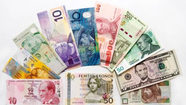 Internationale Währungen - verschiedene Geldscheine aufgefächert auf dem Tisch, auf weiss, für Freisteller, aus der Wechselstube der Reisebank im Frankfurter Hauptbahnhof