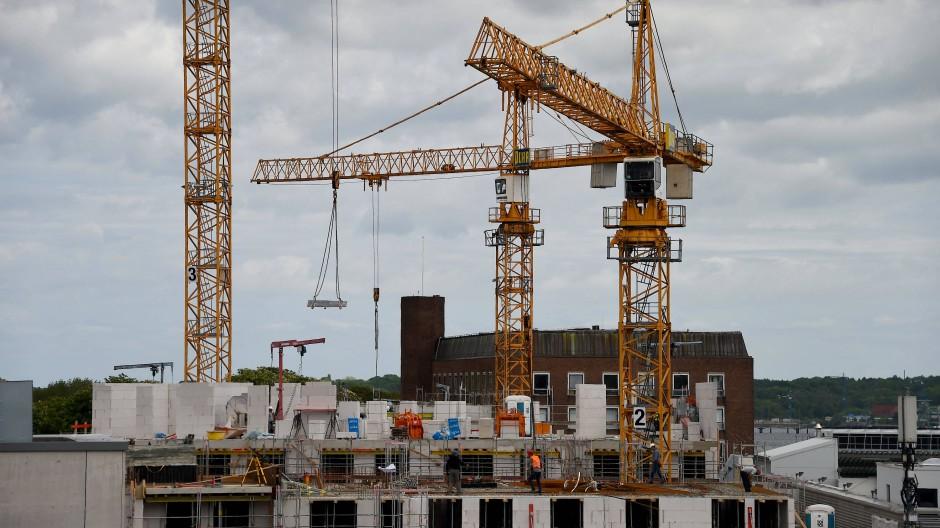 Kräne auf einer Baustelle in Schleswig-Holstein.