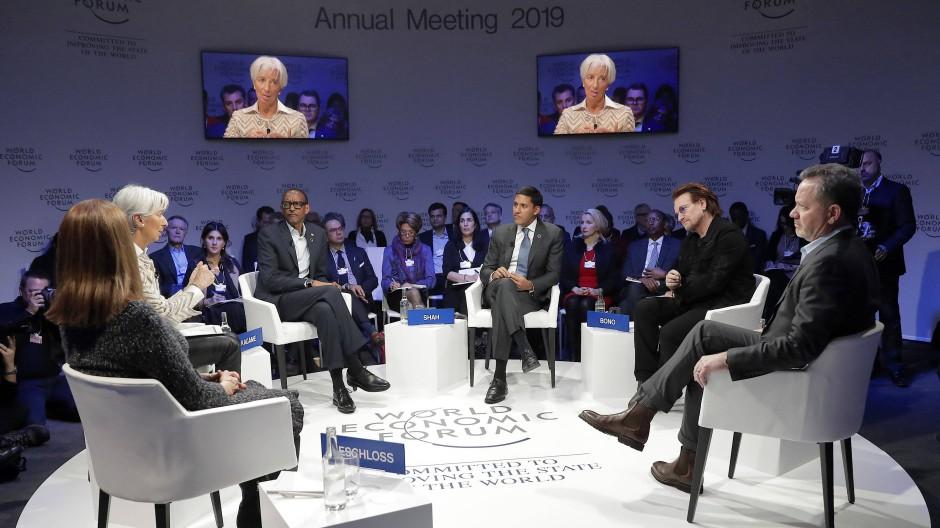 IWF-Chefin Christine Lagarde und U2-Frontman Bono diskutieren auf dem Weltwirtschaftsforum mit anderen Teilnehmern.