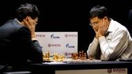 Viswanathan Anand während der dritten Partie  der Weltmeisterschaft in Bonn im Jahr 2008 gegen Wladimir Kramnik.