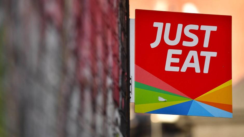 Einfach essen? Just-Eat-Aufkleber an einer Restauranttür in London