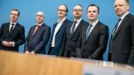 Michael Hüther, Gabriel Felbermayr, Sebastian Dullien, Peter Bofinger, Jens Südekum, und Clemens Fuest (von links nach rechts)