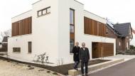 Grit und Alexander Schorcht wollten ein Haus mit klaren Linien, das aber auch Wärme ausstrahlt.