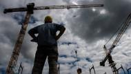 Es wartet Arbeit: Die Nachfrage der Betriebe nach neuen Mitarbeitern ist weiter hoch.