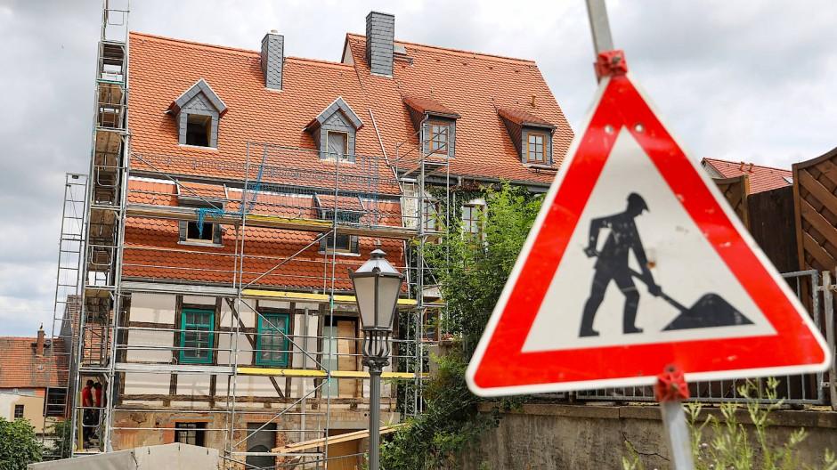 Ein historisches Fachwerkhaus in Leisnig, Sachsen, wird saniert.